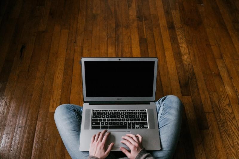 media/image/person-in-blue-denim-jeans-sitting-on-floor-using-macbook-4134791_2480.jpg