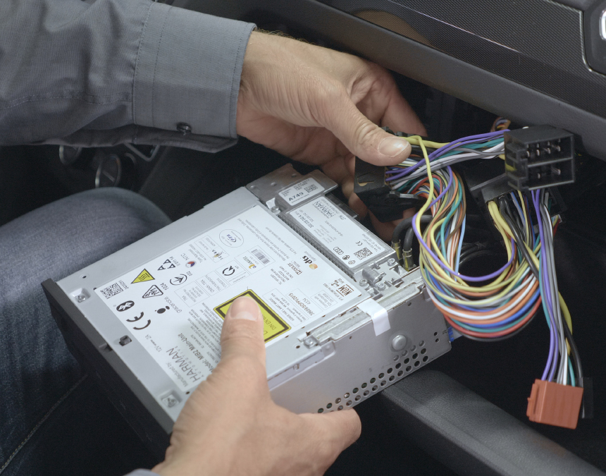 Connecting the PP-ISO cable to the car radio